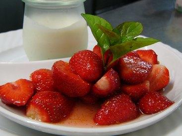 Frische Erdbeeren mariniert in Orangenzucker und Grand Marnier mit hausgemachter Buttermilch-Zitronencreme