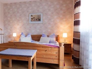 Ihr hübsch eingerichtetes Schlafzimmer in Ihrer Ferienwohnung in Waischenfeld