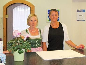 Unsere Damen vom Empfang Gabi Vogler und Petra Mayer heissen Sie herzlich willkommen im Hotel garni Kappeler Haus Oberstdorf