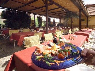 Italiensche Köstlichkeiten auf der einladende Sonnenterrasse
