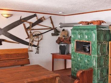 Der Kachelofen mit Ofenbank in der gemütlichen großen Wohnstube