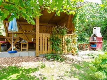 Sitzen sie am Abend in ihrem Gartenhaus mit Grill in ihrer Ferienwohnung in Muggendorf