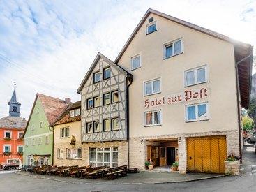 Der wunderschöne Neubau des Hotel zur Post im malerischen Waischenfeld