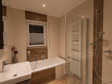 FeWo Nr. 2 erster Stock - Badezimmer mit Dusche & Wanne