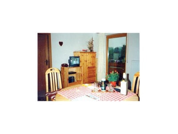 Rustikale Zimmer mit Fernseher