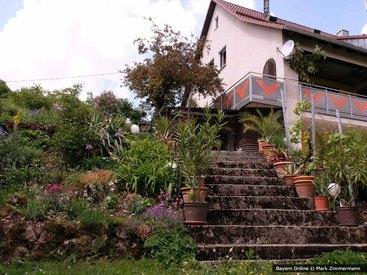 Aufwändig bepflanzt ist unser Garten unserer Ferienwohnung in der Fränkischen Schweiz