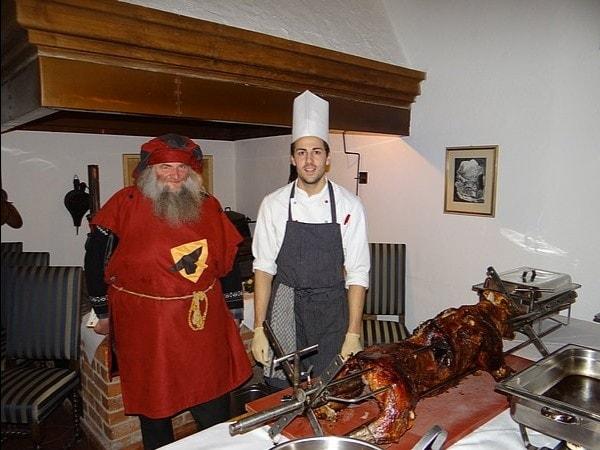 Wildschwein-Grillbuffet im Rittersaal der Burg