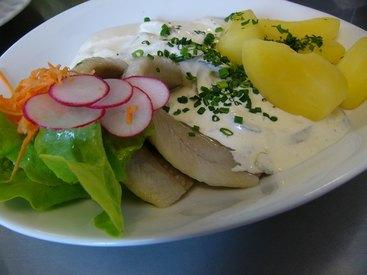 Matjesfilets Hausfrauen Art - in Apfel-Zwiebel- Essiggurken-Sauerrahmsoße, dazu Salzkartoffeln