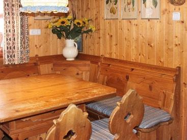 rustikale Essecke in der Küche der Murmeleshütte