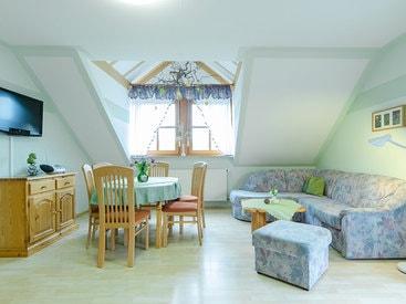 Helles, freundliches Wohnzimmer mit Essecke