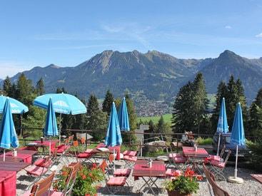 Biergarten Berggasthof Bergkristall mit herrlichem Panoramablick über Oberstdorf im Allgäu