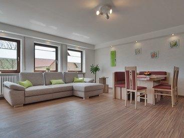 Wohnküche mit Couch und Essecke