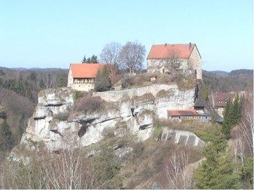 Burg Pottenstein hoch über der Ortschaft