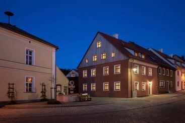 Dorfhäuser am Abend