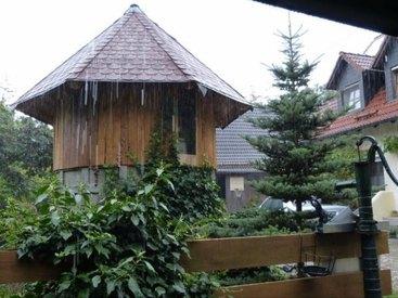 Spieleturm bei Regen