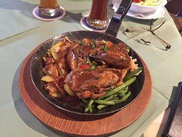 Hermanns 'Haxenpfanne' - ausgelöstes Haxenfleisch auf verschiedenem Gemüse und Bratkartoffeln, serviert in der heißen Pfanne
