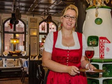 Die Gastgeberin Frau Höllerzeder heißt Sie willkommen