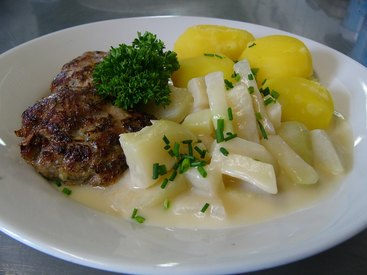Fleischküchle mit Kohlrabigemüse und Salzkartoffeln oder Kartoffelsalat und Salat