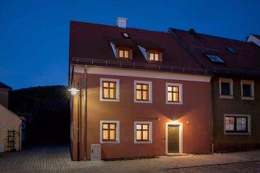 Dorfhaus am Abend