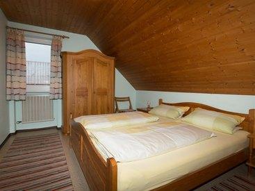 FeWo Nr. 1 Dachgeschoss - Schlafzimmer mit Kinderbett