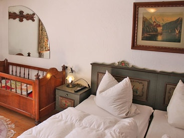 Doppelzimmer mit Kinderbett im Erdgeschoß - dieses Zimmer ist behindertengerecht gestaltet