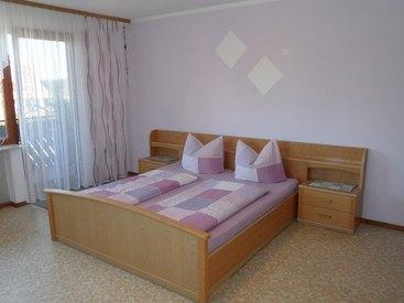 Ferienwohnung unten, Doppelbettschlafzimmer mit Balkon