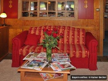Zeitung oder ein gutes Buch lesen in heimeliger Atmosphäre