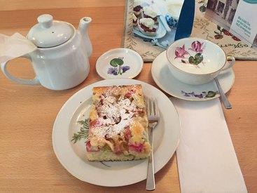 hausgemachter Rhabarber-Buttermilchkuchen und Elderberry Punch Tea - mmmhhhh...