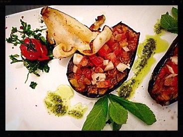 Offenaubergine mit Minze-Tomaten und süsser Knoblauch an gegrilltem Kalamari