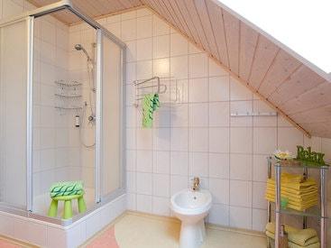 Bad mit Dusche, WC und Bidet