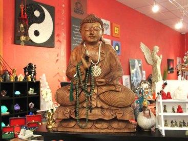 Eine große Auswahl an Buddhas