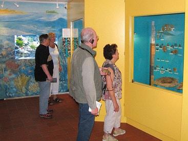 Besucher informieren sich