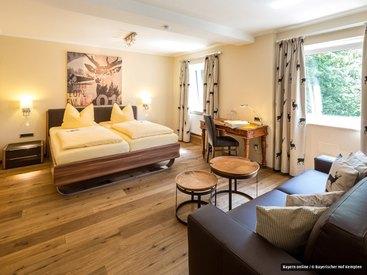 Juniorsuite - Kleiner Wohnbereich mit Sofa (eignet sich auch als zusätzliche Schlafmöglichkeit z.B. für Kinder)