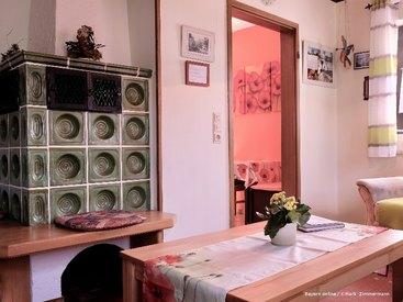 Ihr Wohnzimmer mit Kamin in ihrer Ferienwohnung in Muggendorf