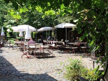 Genießen Sie frisch gebackene Waffeln in der Kaffeestube Hesperidengarten.