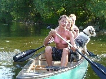 Auch Vierbeiner dürfen mit aufs Boot