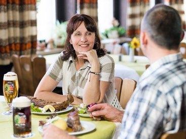 Erleben Sie einen gemütlichen Abend bei köstlichen Speisen und Getränken im Hotel zur Post