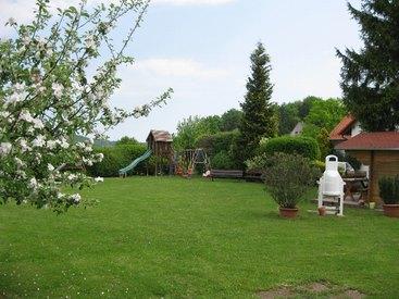 Garten mit Kinderspielplatz