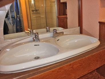 Waschtisch im Bad im Obergeschoß - im Hintergrund befinden sich 2 Duschen