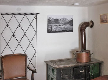 Ein echter alter Holzofen in der Murmeleshütte steht im Doppelzimmer im Erdgeschoß